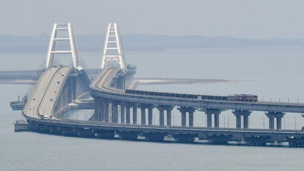 Грузовой состав едет по Крымскому мосту