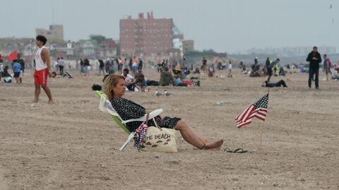 Отдыхающие на пляже в Нью-Йорке
