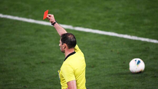 Арбитр показывает красную карточку
