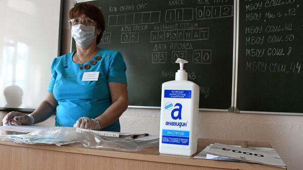 Учительница перед началом единого государственного экзамена в многопрофильной гимназии №12 в Чите