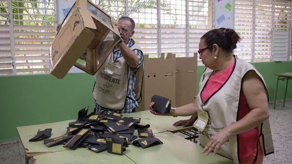 Подсчет голосов на избирательном участке в Санто-Доминго во время президентских выборов