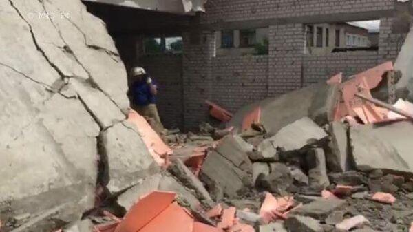 Спасатели и следователи работают на месте обрушения на стройке под Кировом