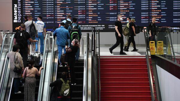 Люди в аэропорту Шереметьево в Москве