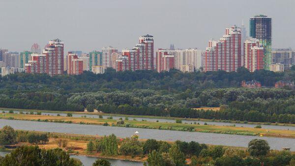 Вид на гребной канал в Крылатском и жилые дома, расположенные по улице Карамышевская набережная.