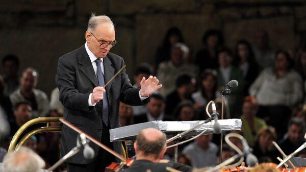 Итальянский композитор Эннио Морриконе дирижирует в древнем театре в Охриде