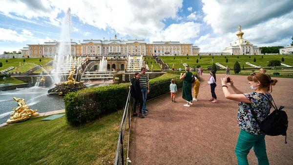 Посетители у фонтанов Большого каскада в Нижнем парке Государственного музея-заповедника Петергоф