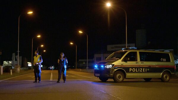 Сотрудники полиции на месте стрельбы на улице Брюнерштрассе в городе Герасдорф, Австрия