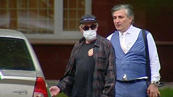 Адвокат Эльман Пашаев (справа) и актер Михаил Ефремов, обвиняемый в смертельном ДТП на Смоленской площади