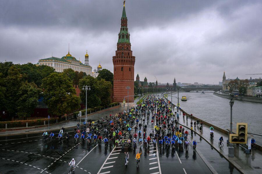 Участники велопарада едут вдоль Кремля