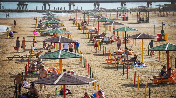 Люди отдыхают на пляже в Баку