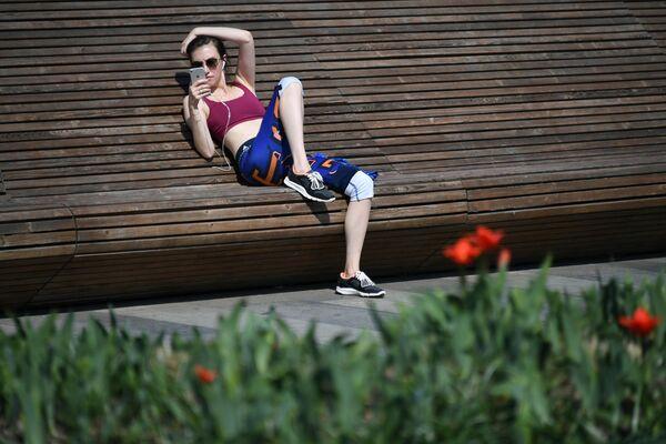 Девушка отдыхает на Крымской набережной в парке искусств Музеон в Москве