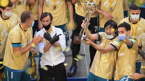Главный тренер Зенита Сергей Семак и игроки Зенита на церемонии вручения кубка чемпионов России.