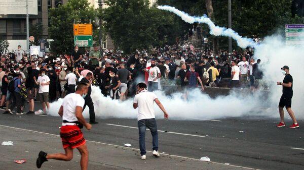 Участники протестов в Белграде после введения комендантского часа
