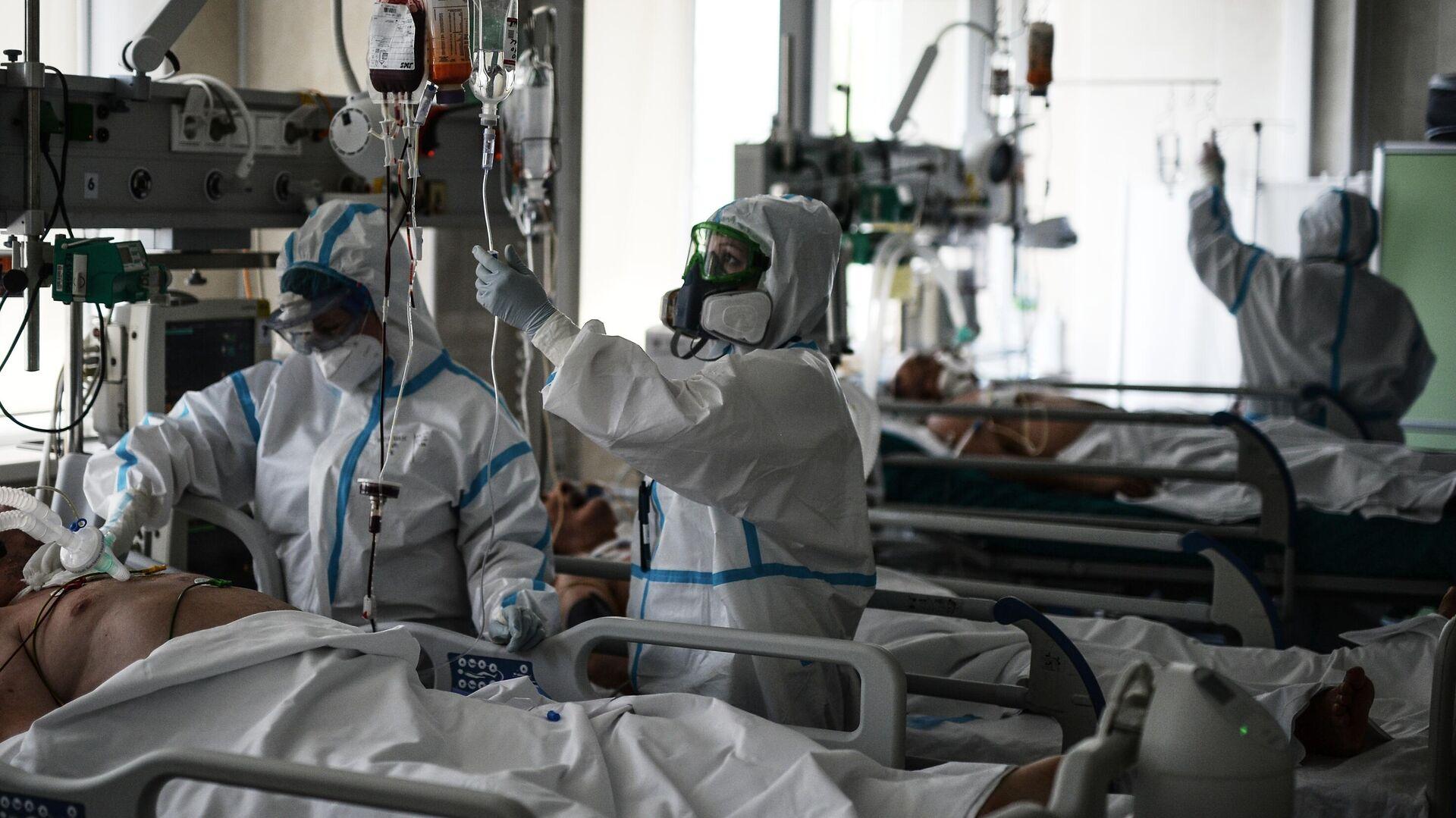 Врачи обходят пациентов в реанимации городской клинической больницы No 15 имени О. М. Филатова в Москве - РИА Новости, 1920, 24.09.2020