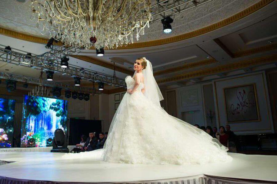 Россиянка в роли модели на показе свадебных платьев в Китае