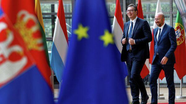 Председатель Европейского совета Шарль Мишель и президент Сербии Александр Вучич в Брюсселе. 26 июня 2020 года
