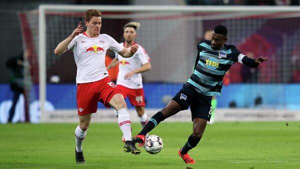 Нападающий Герты Саломон Калу в матче бундеслиги против Ред Булл Лейпциг