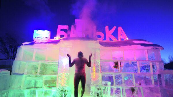 Мужчина выходит из ледяной бани в ледовом городке в Байкальске.