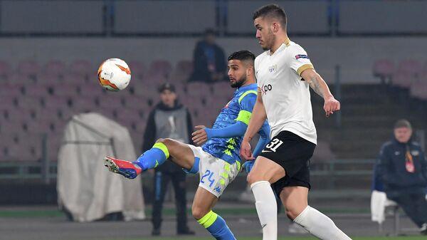 Нападающий ФК Наполи Лоренцо Инсинье (слева) и защитник ФК Цюрих Мирлинд Криезиу