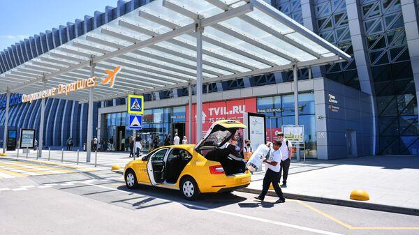 Такси у здания аэропорта в Симферополе