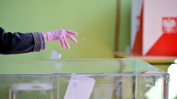 Жительница Польши во время голосования на выборах президента Польши