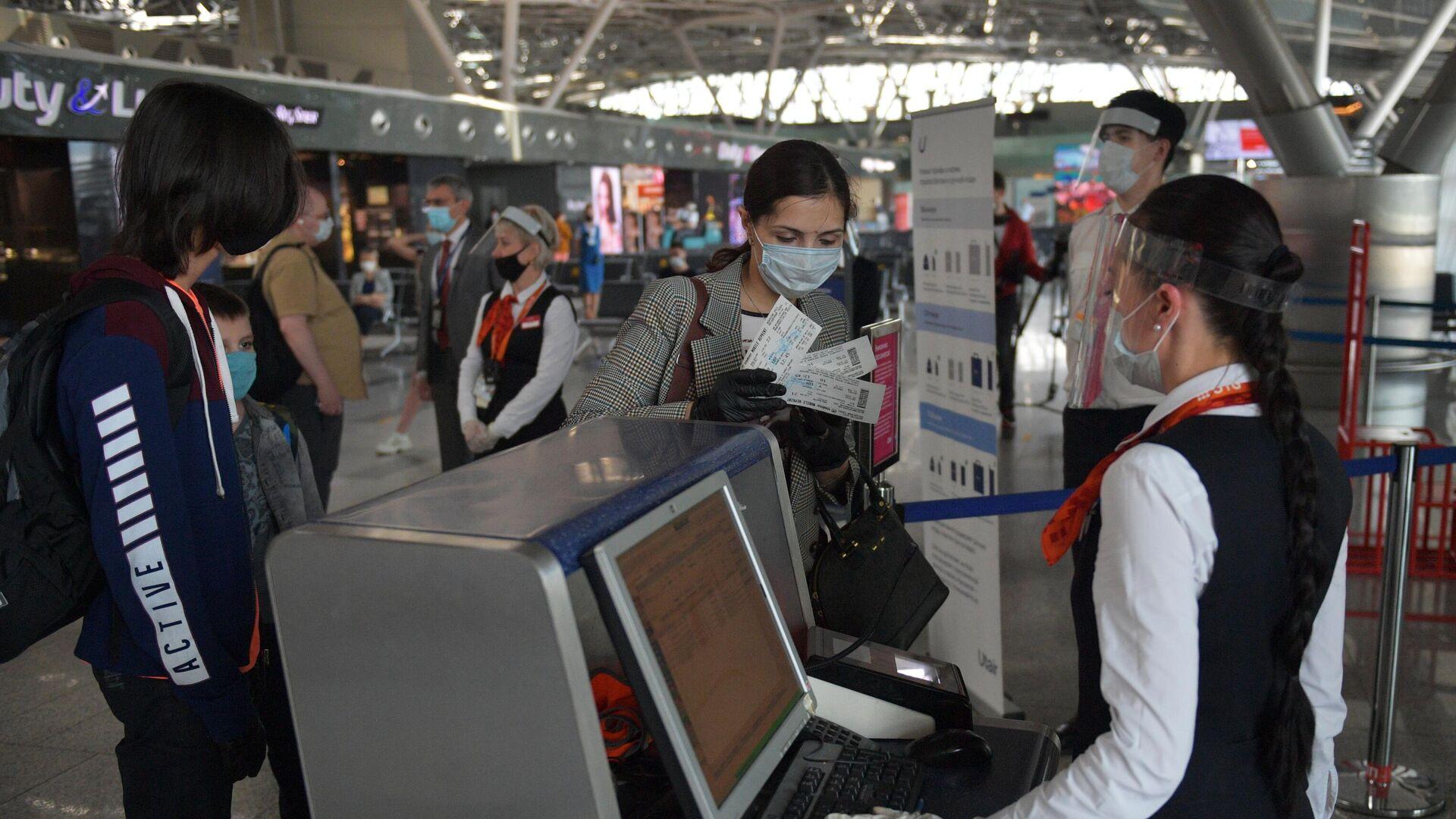 Пассажиры проходят паспортный контроль в международном аэропорту Внуково  - РИА Новости, 1920, 10.12.2020