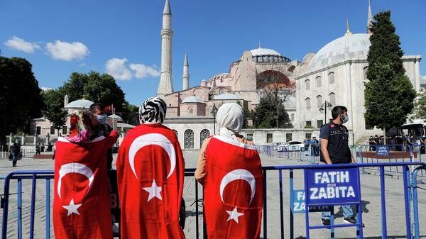 Люди возле Собора Святой Софии в Стамбуле, Турция