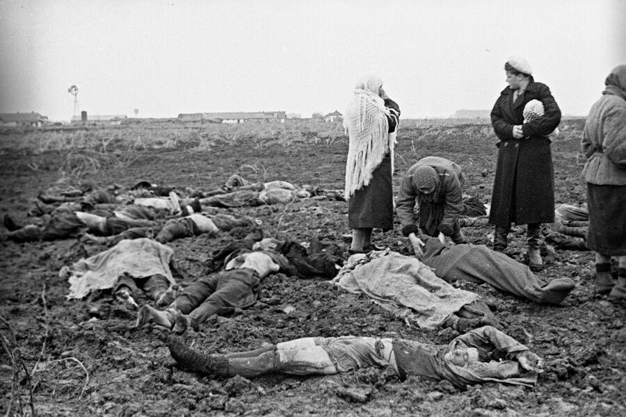 Жители Керчи опознают расстрелянных фашистами советских граждан, трупы которых были извлечены из противотанкового рва