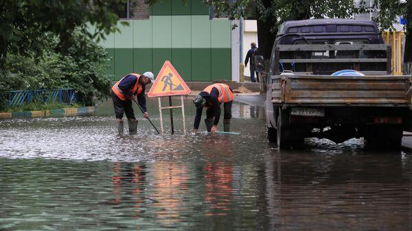 Работники коммунальных служб откачивают воду на улице Вокзальная в Красногорске