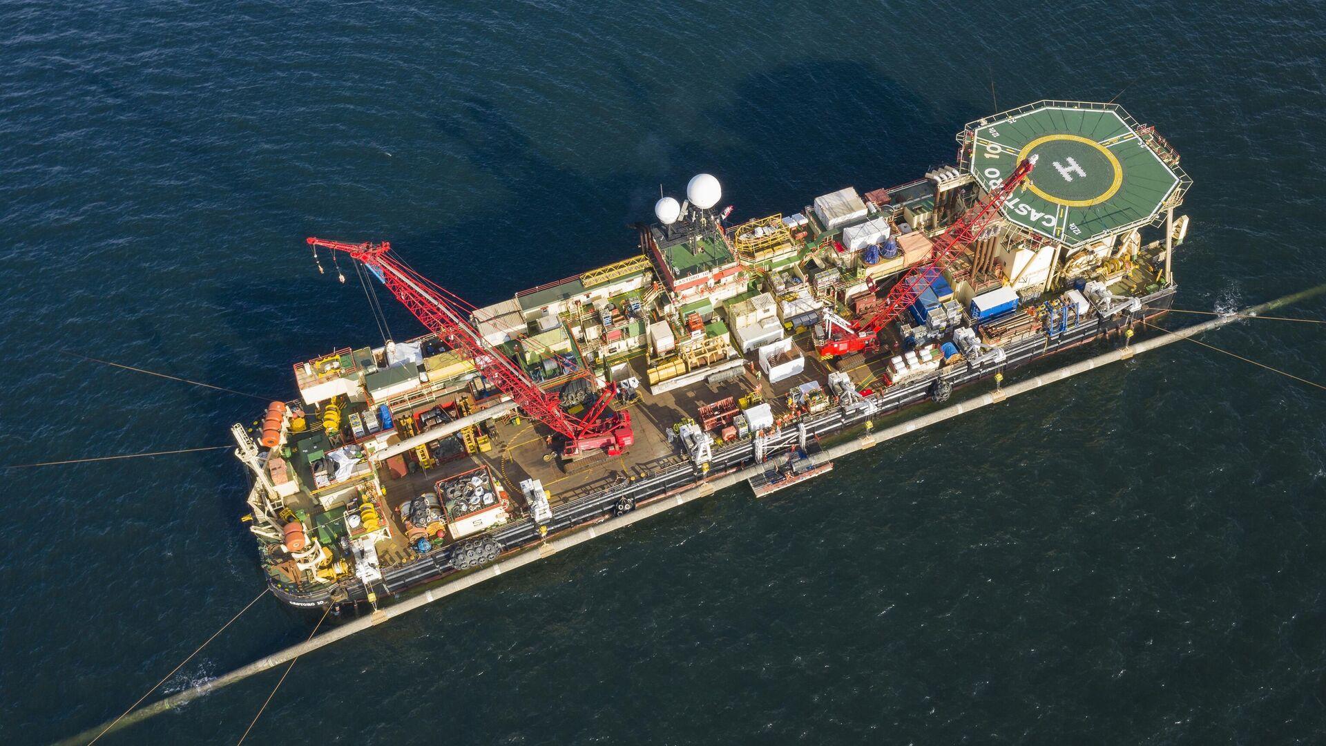 Обрезка труб производится на платформе по левому борту Castoro 10 морской части газопровода Северный поток — 2 - РИА Новости, 1920, 06.09.2020