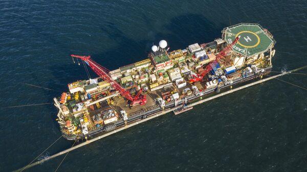 Обрезка труб производится на платформе по левому борту Castoro 10 морской части газопровода Северный поток-2