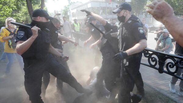 Столкновения протестующих с полицейскими в Киеве