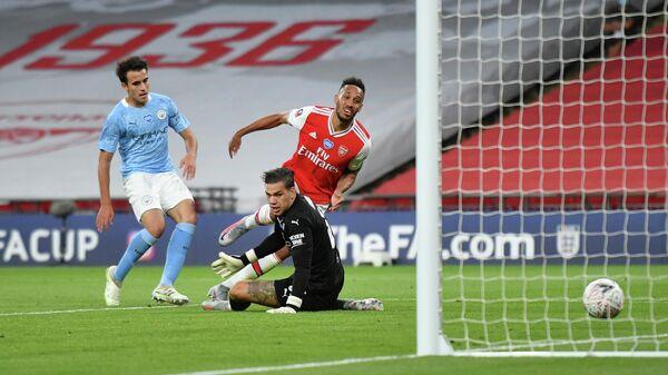 Футболист Арсенала Пьер-Эмерик Обамеянг забивает гол в ворота Манчестер Сити