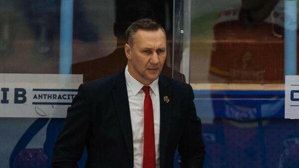 Алексей Ковалев (на втором плане) и хоккеисты Куньлуня