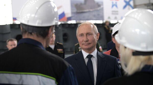 Президент РФ Владимир Путин во время общения с сотрудниками судостроительного завода Залив