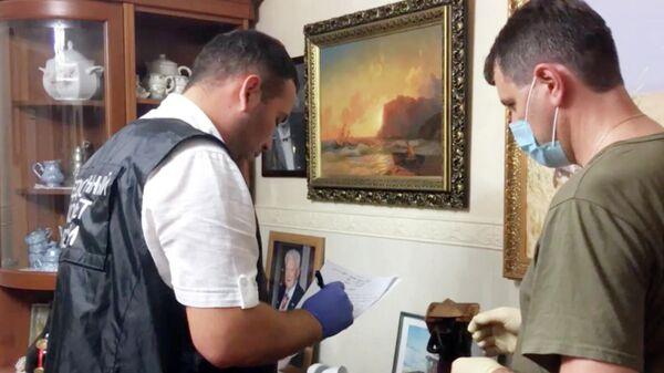 Сотрудники Следственного комитета РФ по Ростовской области проводят следственные действия в доме, где произошло преступление, в селе Новомаргаритово