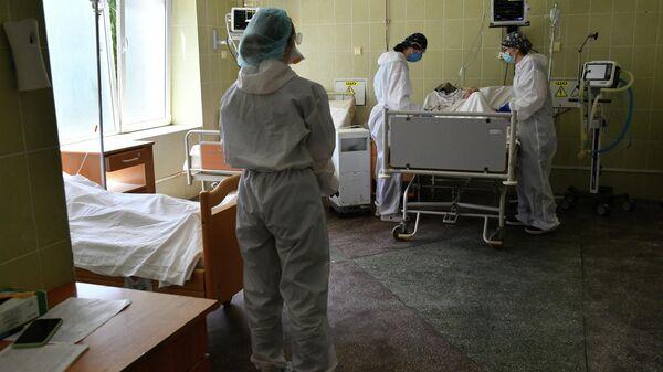 Медицинский персонал в отделении интенсивной терапии для пациентов с COVID-19 Львовской больницы, Украина