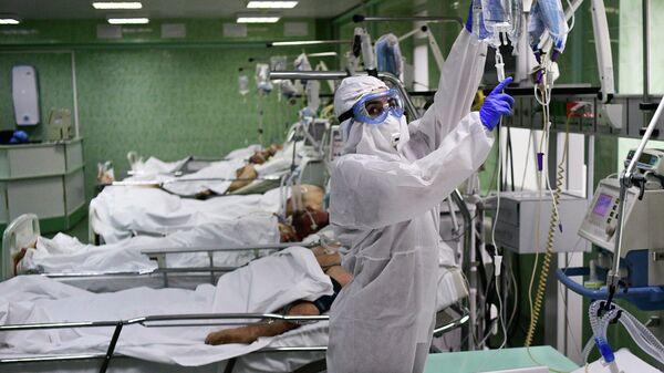 Врач и пациенты в отделении реанимации и интенсивной терапии