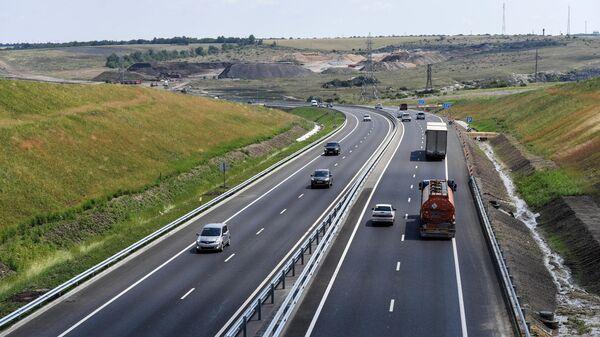 Автомобильное движение на участке Симферополь-Белогорск трассы Таврида в Крыму