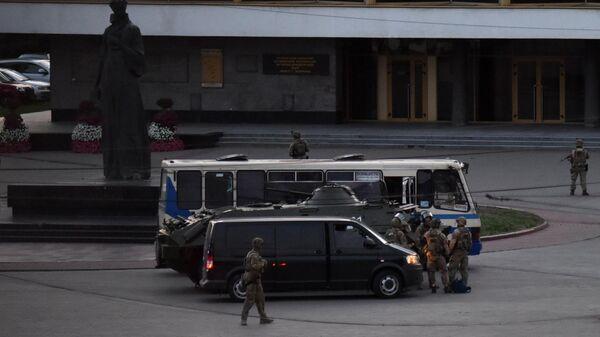 Сотрудники специальных служб проводят штурм автобуса, захваченного мужчиной, имеющим при себе взрывчатку и оружие