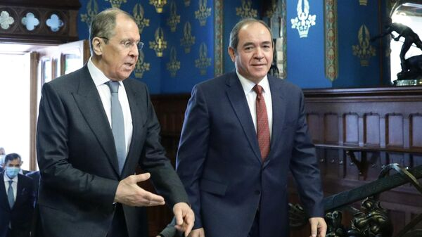 Министр иностранных дел РФ Сергей Лавров и министр иностранных дел Алжира Сабри Букадум во время встречи в Москве
