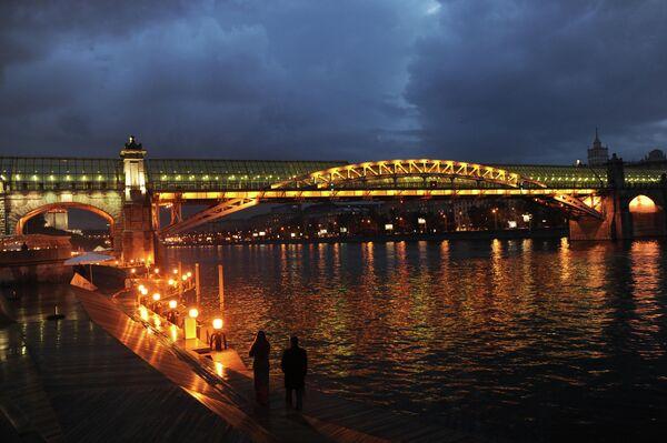 Вид с набережной Центрального парка культуры и отдыха имени М.Горького на пешеходный новый Андреевский мост