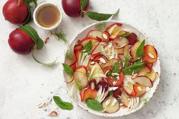 Летний салат с нектарином, сливой, фенхелем, мятой