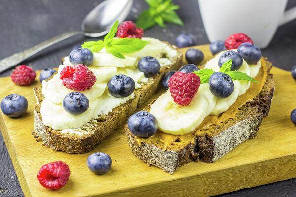 Бутерброды с мягким сыром, фруктами и ягодами