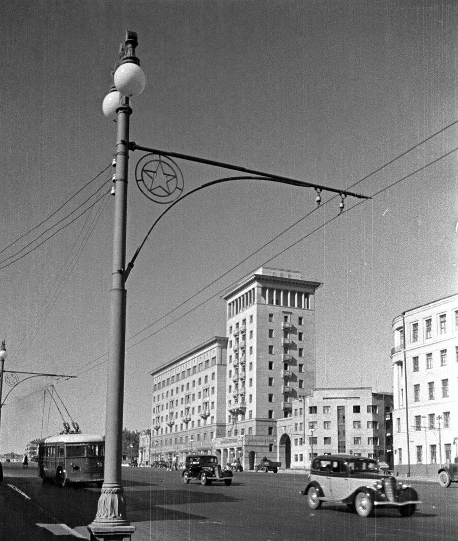 Движение автотранспорта на Садовом кольце. Москва, 1938 год