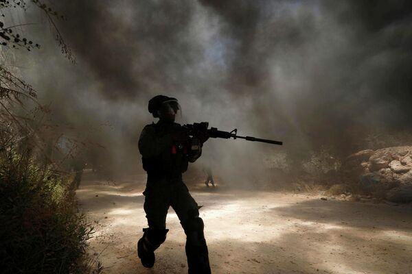 Сотрудник пограничных служб Израиля во время акции протеста в городе Бейта на Западном берегу