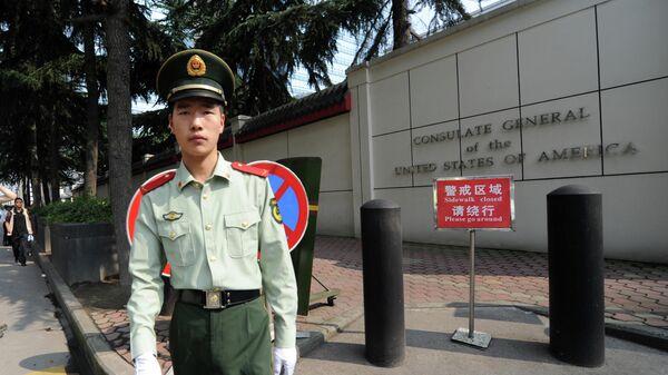 Полицейский у консульства США в Чэнду