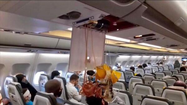 Кадр видео, снятого в салоне иранского пассажирского самолета после перехвата американским истребителем F-15