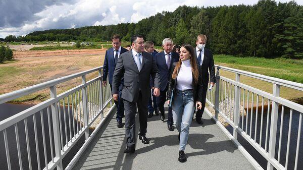 Руденя и Догузова открыли новый пешеходный мост в Конаковском районе