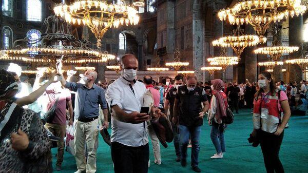 Верующие в мечети Айя-София (собор Святой Софии) в Стамбуле